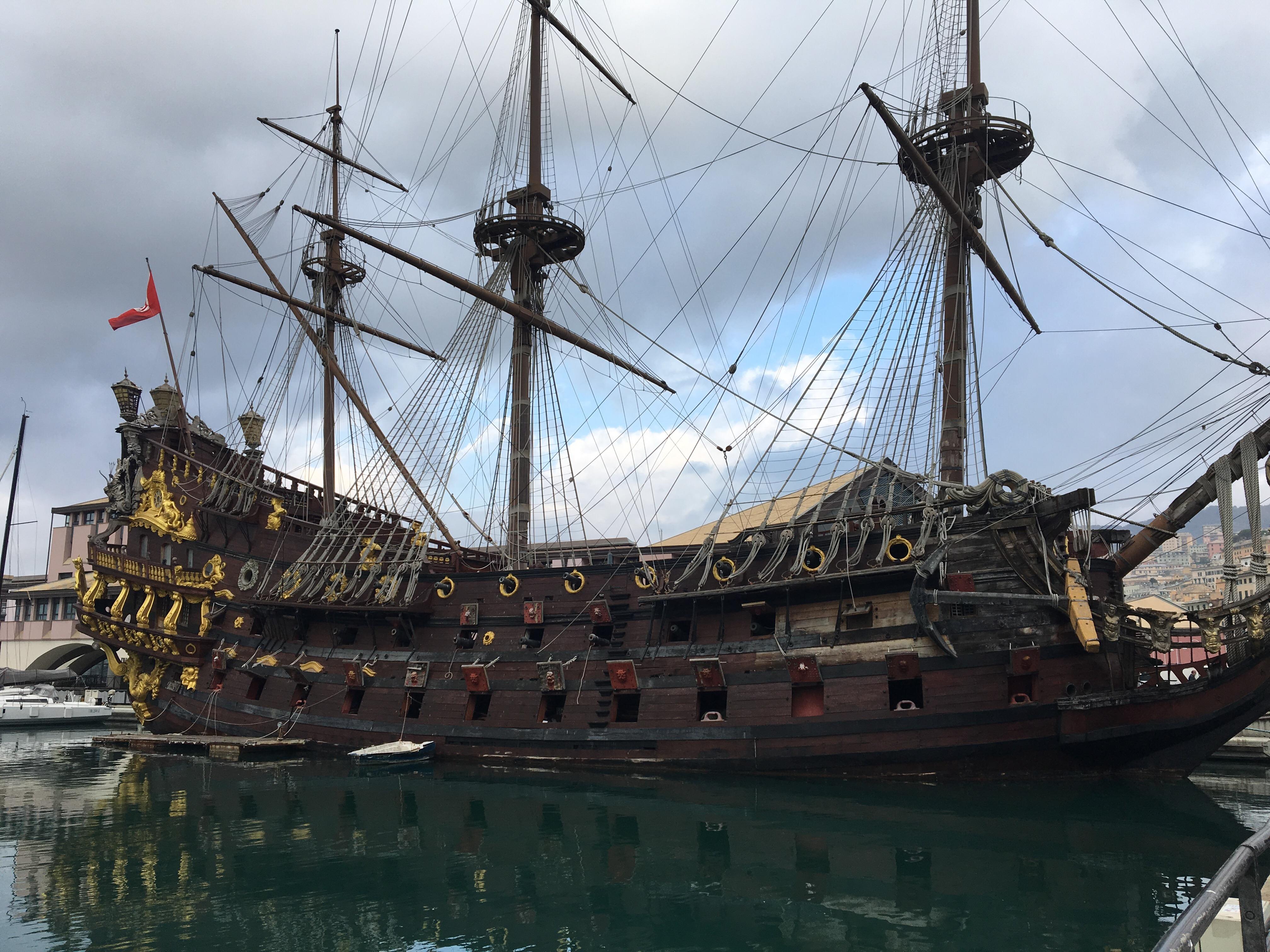 Magnifique bateau au port de Gênes